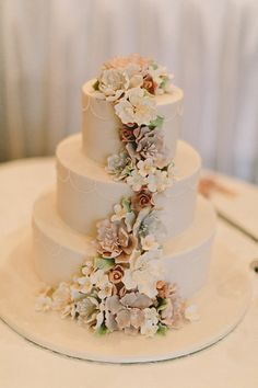 I would like to have a cake similar to serve 100 guests.....silver / charcoal grey to match wedding decor , maid of honor gowns and such....with wedding flowers. Not a fan of the scallop design however.