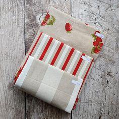 Zbytkový balíček dekoračních látek Jahody | BavlnenySen.cz Pot Holders, Scrappy Quilts, Hot Pads, Potholders