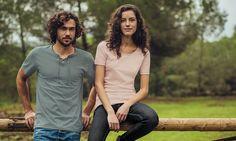 V-Shirt aus 100% Biobaumwolle: Zurück zur Natur heißt es bei diesem Shirt mit V-Ausschnitt mit Schnürung an der Brust. Das T-Shirt ist Cradle-to-Cradle zertifiziert, besteht zu 100% aus BIO-Baumwolle und hat eine gestickte TRIGEMA-Schwinge auf der Brust.