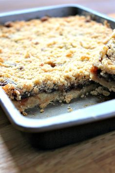 Mincemeat Crumble Slices A sweet crumble traybake using mincemeat. The mincemeat crumble slices make a great alternative to traditional mince pies. Tray Bake Recipes, Baking Recipes, Cookie Recipes, Dessert Recipes, Picnic Recipes, Picnic Ideas, Picnic Foods, Meal Recipes, Drink Recipes