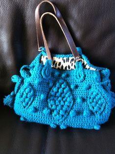 http://www.tambouille.fr/2011/03/07/sac-en-crochet-chic/ with complete pattern and diagram, avec un complet patron et diagramme, shéma, détaillé etc;..