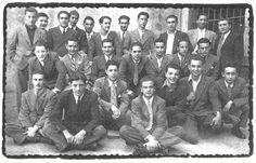 Ángel González (segundo de la derecha, empezando por la parte inferior) entre sus compañeros de bachillerato en Oviedo.