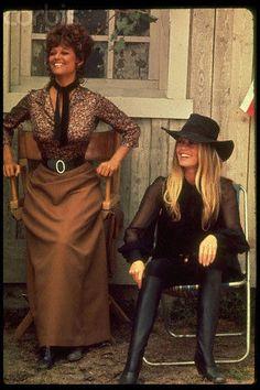 Sur le tournage du film Les Pétroleuses en Espagne, l'été 1971 Brigitte Bardot et Claudia Cardinale Photographies de Leonard De Raemy
