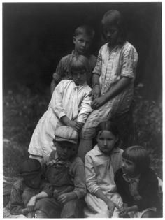http://upload.wikimedia.org/wikipedia/commons/8/8d/Group_of_seven_children,_photograph_by_Doris_Ulmann_-_LoC_3a36181u.jpg