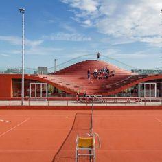 n ne vous présente plus les architectes de MVRDV. Ils sont souvent à l'origine de projets ambitieux. En voici une nouvelle preuve, avec The Couch, un club de tennis réalisé sur une île artificielle à l'Est d'Amsterdam. Le toit du clubhouse a été rehaussé d'un côté et rabaissé de l'autre pour offrir une tribune de spectateurs informelle pour le club, avec vue sur le court central...