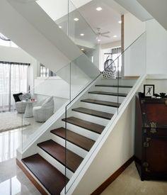Escada mais segura com vidro nas laterais. Interessante o degrau com madeira.