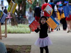 É senso comum dizer que ler faz bem, que proporciona aos leitores inúmeros benefícios intangíveis. No entanto, é difícil encontrarmos estudos que comprovem essas teses. Ou era difícil. Investigadores da Universidade de Roma 3, em Itália, realizaram um trabalho com cerca de 1.100 pessoas para encontrar a resposta para duas questões: «Quem lê livros é mais feliz do que quem não lê?» e «A leitura melhora o nosso bem-estar»? A conclusão, apresentada no artigo «The Happiness of Reading», é…
