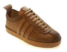 Mike Leavitt La extensa obra del americano Mike Leavitt nos daría para varios post, pero nos quedamos con su exquisito trabajo imitando zapatillas de marca. de cartón.