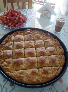 """Η Συνταγή είναι από κ. Ρουλα Λυρου – """"Οι Προκομμένες/οι - Συνταγές"""". ΥΛΙΚΑ - ΕΚΤΕΛΕΣΗ Πλενουμε καλα 5-6 κολοκυθακια τα τριβουμε στον τριφτη του κτεμυδιου και τα βαζουμε σε μια λεκανη. Προσθετουμε 4-5 ψιλοκομενα πρασα Pie, Dinner, Desserts, Recipes, Food, Birthday Cakes, Torte, Dining, Tailgate Desserts"""