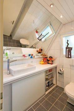 Wir schaffen den passenden Stauraum für jeden Bereich in Ihrem zu Hause! So lässt sich beispielsweise mit einem cleveren Schrank im Badezimmer mit Schiebetüren, welche nach außen verspiegelt sind, nicht nur praktischer Stauraum schaffen, sondern es entsteht auch ein neues Raumgefühl😊 Alcove, Bathtub, Bathroom, Full Bath, Bathing, Architecture, Built Ins, Homes, Carpenter