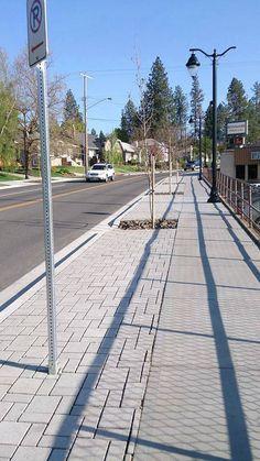 Spokane WA EUA Gosto muito desta marcação separando a faixa de serviço da faixa de circulação para o deficiente visual.