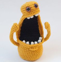 Fuente: http://crochetempire.tumblr.com/post/41138723455/adorable-bright-yellow-amigurumi-monster-named