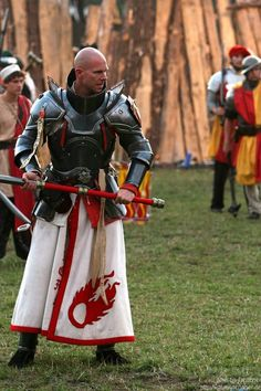 Serious looking Paladin eyes the battlefield Medieval Knight, Medieval Armor, Medieval Fantasy, Armadura Medieval, Knight In Shining Armor, Knight Armor, Larp, Conquest Of Mythodea, Grandeur Nature