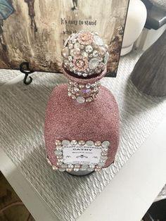Alcohol Bottle Decorations, Alcohol Bottle Crafts, Bedazzled Bottle, Bling Bottles, Decorated Liquor Bottles, Glitter Glasses, Glitter Wine, Diy Resin Tray, Crown Bottle