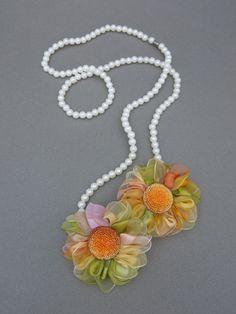 Colar de pérolas com flores de fitas - Clube de Artesanato
