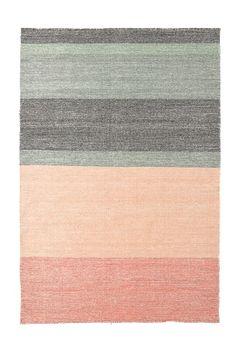 Käsinkudottu matto villaa. Tyylikäs ja ajaton, raidallinen malli. Kemiallinen pesu.