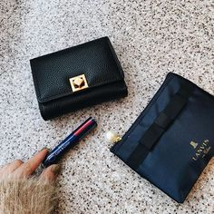 旅のお供たちは、 #lavishgate さんの折り財布と #lanvin のポーチと #nivea の赤リップ♡ . 小さいバッグを持つときに 折り財布が欲しくてずっと探してたけど これ!っていうのがなくて やっと見つけたもの。ブラックと ゴールドの組み合わせなので ゴージャスに見える . #lavishgate #折り財布 #lanvin #sweet #付録 #nivea #リップ #コスメ #プチプラ #シンプル #シンプルネイル #セルフネイル #かばんの中身 #今日のコーデ #instagood #