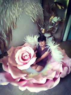 Amazing giant rose, made from EVA foam. Used hot hairdryer high voltage to form the petal curves. Keep the flames away from the paper flowers. Big Paper Flowers, Paper Flowers Wedding, Paper Flower Backdrop, Giant Paper Flowers, Fabric Flowers, Paper Decorations, Flower Decorations, Flower Crafts, Flower Making