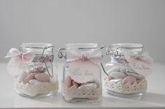 Dimanche, c'est le baptême de Lila Rose, et qui dit baptême dit dragées… Je me suis amusée à customiser des petites bonbonnières et je vous explique tout Matériel: Des petits pots en verres, je les ai trouvés chez Action (moins de 4€ les 5) Du tissu en dentelle adhésif Une grosse perforatrice Du papier …