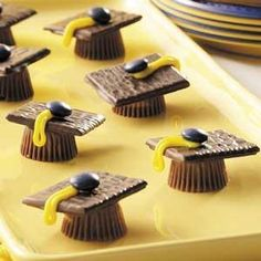 easy graduation party recipe - Look at these adorable no-bake candy desserts - a really creative graduation party food idea. Simply use Reese's peanut butter cups, Andes thin mints, an M and some cake decorating icing. Dessert Party, Party Sweets, Yummy Treats, Sweet Treats, Yummy Food, Graduation Party Foods, Graduation Caps, Graduation Desserts, Graduation Cookies