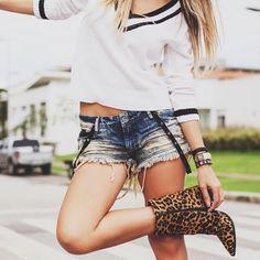 Look com shorts jeans detalhes em couro + tricot branco com listra na gola e bota de oncinha - street style - Instagram: @decoresaltoalto
