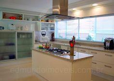 Equipada com armários planejados, bancadas em granito e ilha com cooktop e coifa, a cozinha tem excelente iluminação e oferece suporte para o espaço gourmet, localizado na área externa, sob o alpendre.