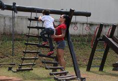 Com microshort e saltão, Fabiana Frota brinca com o filho em parquinho - Fotos - R7 Famosos e TV