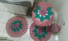 Conjunto de banheiro - 4 peças:  1 Tapete de vaso  1 Tapete de pia  1 capa de tampa sanitário  1 porta papel-higiênico (2 rolos)    Feito em crochê, com aplicação em pérolas nas flores.