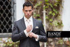 Svatební outfit se sladěním barvy kapesníčku s barvou kravaty