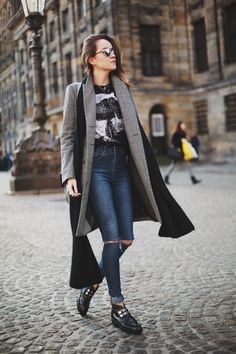 Andy Torres goes rocker-casual in high-rise ripped jeans, graphic tee, chunky boots, and a long luxurious coat. Mode Outfits, Fashion Outfits, Fashion Trends, Denim Outfits, Cardigan Outfits, Fashion Bloggers, Fashion Ideas, Style Scrapbook, Fashion Clothes