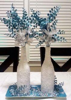 Ruku na srdce – vyrobili jste si doma už nějakou vánoční dekoraci? Pokud hledáte něco výjimečného, přesně něco takového pro vás máme! Ozdobná váza dodá kouzlo každému bytu nebo domu.  <br> Budete potřebovat: <br> Láhve od vína <br> Denaturovaný alkohol nebo aceton <br> Bílou barvu ve spreji <br> Lepidlo <br> Hrubozrnnou mořskou sůl