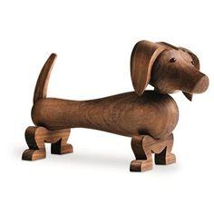 Saksanpähkinäpuinen koira, jonka Kay Bojesen on muotoillut, on tanskalainen designklassikko ja täydellinen lahja sekä lapsille että designista kiinnostuneille aikuisille!