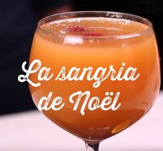 The delicious Christmas sangria with spicy flavors! Christmas Sangria, Christmas Punch, Noel Christmas, Xmas, Noel Gallagher, Raffaello Dessert, Lillet Berry, Smoothies, Brunch