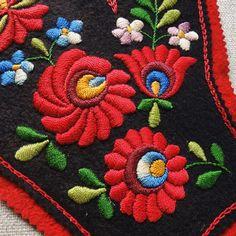 フェルトのマチョー刺繍 サイズ: 縦 25.5cm・横 18.5cm・リスト開口部幅 8.5cm
