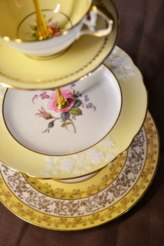 Vintage China DIY Projects, give old china (even broken dishes) new life! - Vintage dishware doesn't have to gather dust in the china cabinet. Vintage Dishware, Vintage Dinnerware, Vintage Plates, Vintage Dishes, Vintage China, Dinnerware Ideas, Classic Dinnerware, Antique China Dishes, Broken China Crafts