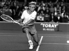 Martina Navrátilová è una delle più grandi campionesse che hanno calcato i campi di Tennis di tutto il mondo. Nata a Praga in Repubblica Ceca nel 1956, successivamente viene naturalizzata statunitense.  http://sport.playtennis.it/martina-navratilova/