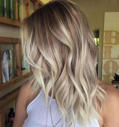 Balayage is the hottest dyeing technique right now. Check the chicest variants of balayage highlights and find out why you should give them a try too! Blonde Layered Hair, Blonde Layers, Blonde Roots, Blonde Hair Looks, Dark Roots, Wavy Hair, Blonde Balayage Mid Length, Ash Blonde Hair Balayage, Dark Blonde Hair