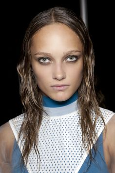 Wet hair continues to be a current hairstyle trend. From wavy, heavily gelled to ultra-wet, wet-look hair is not only hot on the catwalks and red carpet, but we also prefer the back-cut hair as a prac Wet Look Hair, Wet Hair, Undone Look, Bra Video, Hair Photo, Hairstyles Haircuts, Hair Loss, Hair Trends, Amazing Women