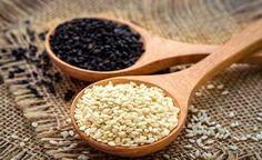 Unermesslich ist der Vitalstoffreichtum im Sesamsamen. So kann Sesam aufgrund seines Calciumreichtums für die Knochengesundheit eingesetzt werden. Sesam senkt überdies – regelmässig verzehrt – den Blutdruck und während die Sesamkörnchen innerlich Haut und Haar versorgen, pflegt das Sesamöl die Haut von aussen. Wie Sie aus Sesam eine pflegende Paste für raue Hände rühren können und wie lecker Sesammilch, Sesambutter und Sesamsauce schmecken, erfahren Sie bei uns.