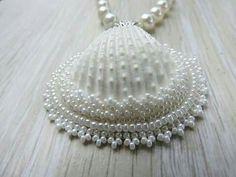 ideas for craft seashell projects Seashell Painting, Seashell Art, Seashell Crafts, Seashell Christmas Ornaments, Shell Ornaments, Seashell Jewelry, Beaded Jewelry, Fall Jewelry, Jewellery