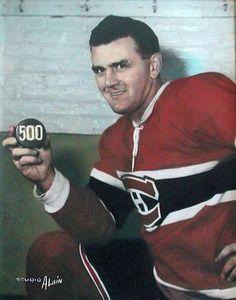 Maurice (Rocket) Richard avec sa rondelle de son but en Hockey Shot, Ice Hockey Teams, Hockey Players, Hockey Stuff, Montreal Canadiens, Mtl Canadiens, Nhl, Maurice Richard, Hockey Pictures