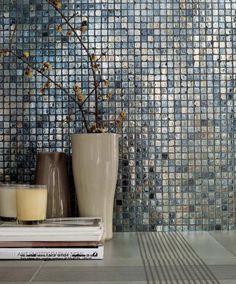 mosaïque de verre et pierre moderne à effet métallique nacré Stone Tiles, Beautiful Bathrooms, Porcelain Tile, Mosaic Tiles, Decoration, Laundry Room, Interior Design, Home Decor, Gardens