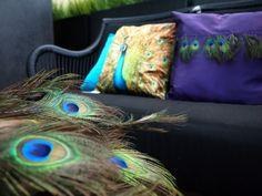 Zwart tuinbankje pauw paars fel blauw kussens veren black