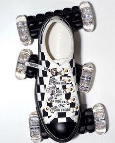 Desde el estilo contidiano a las pasarelas los sneakers de los diseñadores top forman parte de los armarios de las mujeres apasionadas por la moda. Los modelos más en tendencia del momento en Vogue.mx #VogueMarzo  Fotografía: Eric Boman