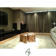 Nossa mesa de centro em madeira natural compondo a decoração desta sala de estar, no projeto da arquiteta Iomara Troian.
