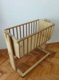 Cradle from Pallet Wood - Süße Babywiege aus Paletten selber bauen. Noël est l'unique vrais événemen - Baby Crib Diy, Baby Nursery Diy, Baby Bassinet, Baby Cribs, Nursery Ideas, Wood Bassinet, Bassinet Ideas, Wooden Pallet Furniture, Recycled Furniture