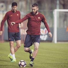 Daniele! ❤️ *** Follow @officialasroma on Instagram *** #ASRoma #DeRossi #Roma #DDR #training #workout #dajeroma #forzaroma #giallorossi #allenamento #picture #photo #filter