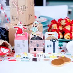 Les 14 Meilleurs Sites pour des Cadeaux de Noël Originaux & Pas Cher Gift Wrapping, The Originals, Gifts, Red Gifts, Boxes For Gifts, Little Gifts, Quirky Gifts, Gift Wrapping Paper, Presents