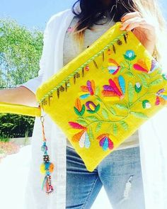 Ricamo messicano Step by Step - Embroidery - Ricamo messicano Step by Step - Embroidery Mexican Embroidery, Embroidery Bags, Hand Embroidery Stitches, Hand Embroidery Designs, Diy Clutch, Diy Purse, Clutch Bag, Diy Accessoires, Creation Couture