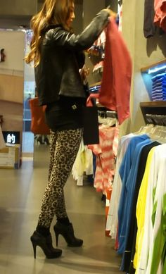 street snap sexy leopard print tights legging butt and high heels 街拍豹紋緊身褲高跟美女 美臀 緊身褲ブリーフ